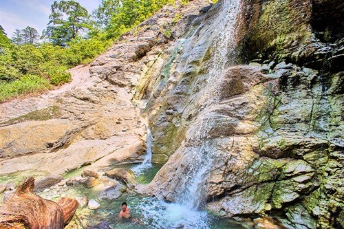 野趣あふれる天然滝の露天風呂! 秘湯「秋の宮温泉郷」は横手焼きそばと共に