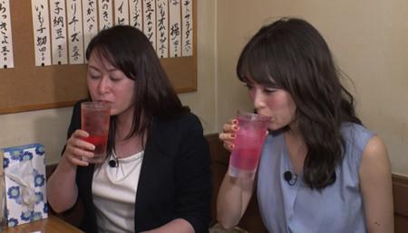 お酒を飲む泉里香さん