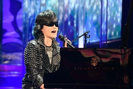 ピアノを演奏するtoshi