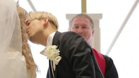 そんな中、結婚式恒例のブーケトスでは、多くの参列者を押しのけて、女装タレント・ぺえが受け取ってしまうというハプニングも。最後の両親への手紙では「ママがりゅう