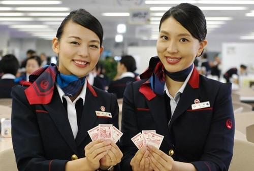 JALグループでは10月3日~2019年3月31日、国内線に乗務するJALおよびジェイ・エアの全ての客室乗務員を通じて、客室乗務員は着用している「縁(ゆかり)都道府県バッジ」と同じ都道府県の風景がデザインされたシール「JAL TODOFUK...