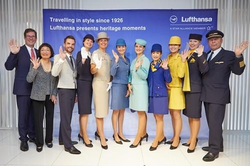 ルフトハンザ ドイツ航空は10月21日、羽田空港出発ゲートにおいて「TOKYO Fashion Flight」のセレモニーを開催。これは東京ファッションウィークに合わせ企画されたもので、客室乗務員が1970年代に着用されていたビビッドなイエ...