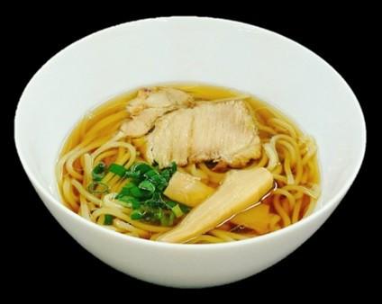 JALと「Japanese Soba Noodles 蔦」を運営する79は11月1日より、共同開発したJAL特製「Japanese Soba Noodles 蔦 醤油ラーメン」を国際線日本発欧州・米州・豪州線(一部を除く)にて提供する。