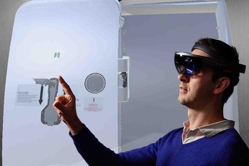 エアバスは11月14日、JALとJALエンジニアリングとの協力により、「Microsoft HoloLens」(ホロレンズ)による最先端の複合現実(MR: Mixed Reality)技術を利用した新しい訓練アプリケーションのプロトタイプを...