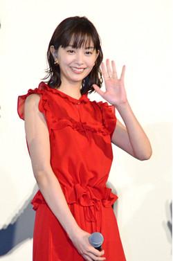 赤のドレスの石橋杏奈