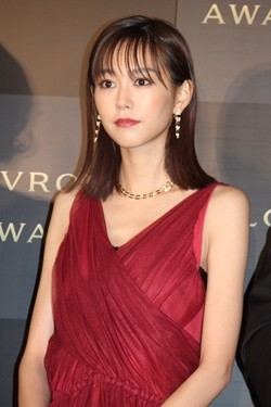 桐谷美玲、胸元開いた大人ドレス...