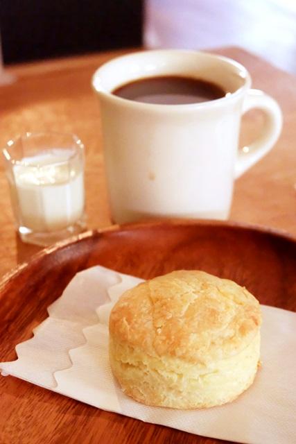 「バターミルクビスケット」(税別280円)と「コーヒー」(税別500円)で小休止