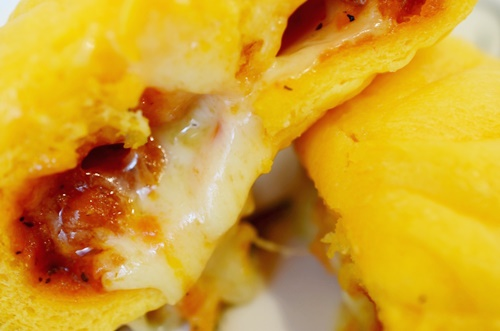 チーズ好きをうならせる! コンビニ3社のピザまんを食べ比べ