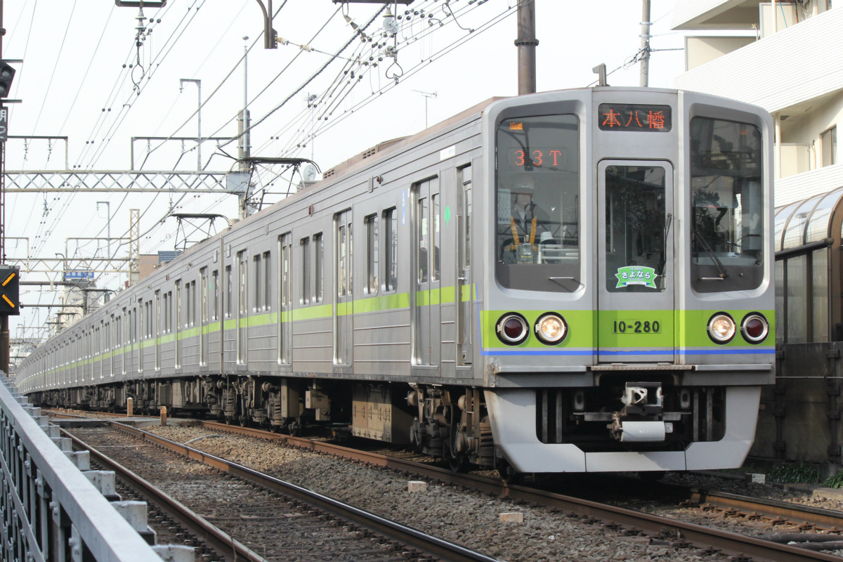 都営新宿線10-000形引退へ - 10-280編成に「さよならステッカー ...