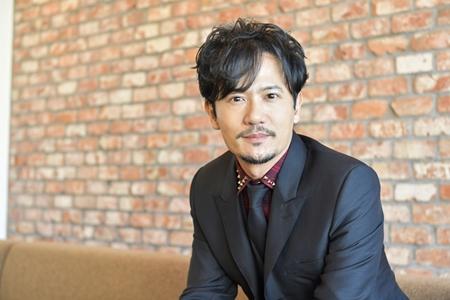 黒のスーツの稲垣吾郎