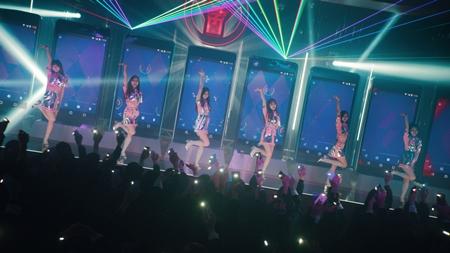 TWICE、近未来風ミニスカ衣装でダンス!