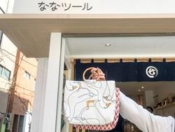 バッグの生地・柄はアフリカ製のため、日本らしからぬオリジナリティ。持ち手は竹のため、使い込むほどに味が出るという(3,780円)