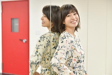 鏡に寄り掛かる南沢奈央
