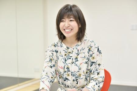 笑顔でインタビューに答える南沢奈央
