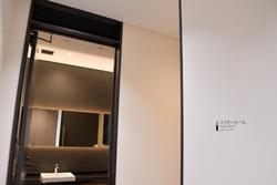 「Premium Gate 玉響」の化粧室(奥)とパウダールーム