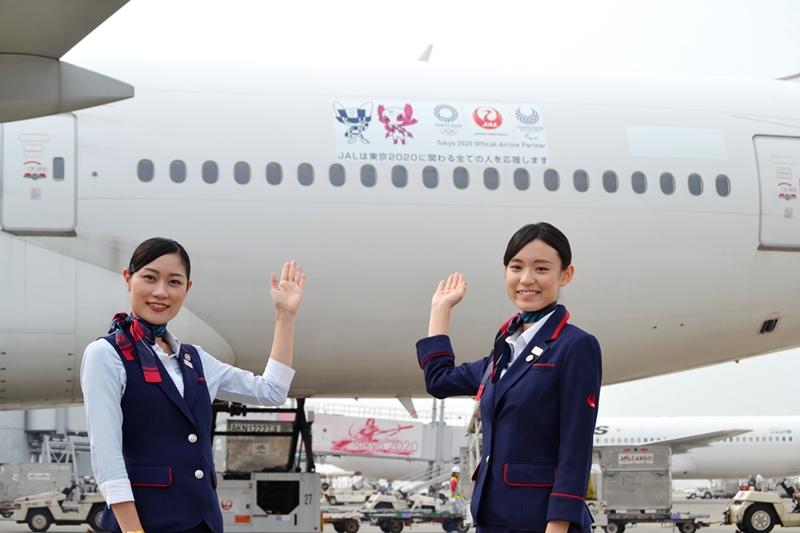 JAL、東京2020に向けてマスコット機発進--羽田空港内も2年前記念の装飾へ