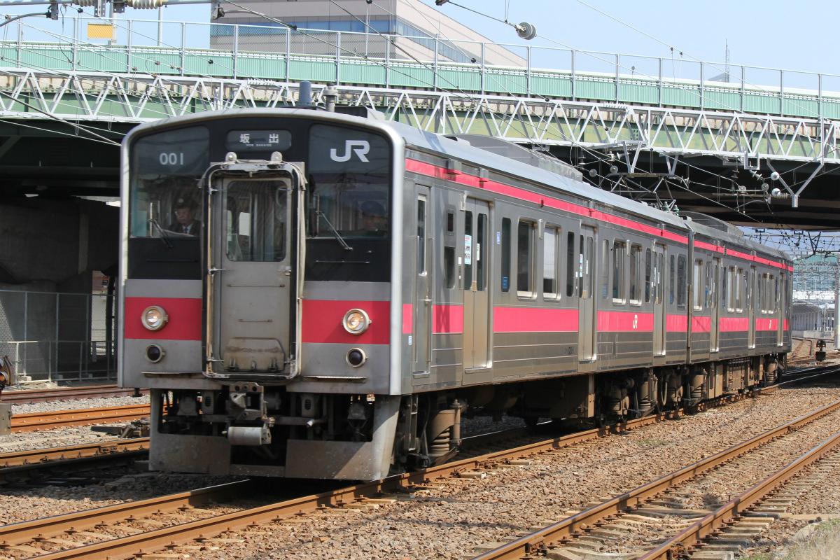 JR四国121系が形式消滅間近、「最後の赤帯」ファイナルツアー開催