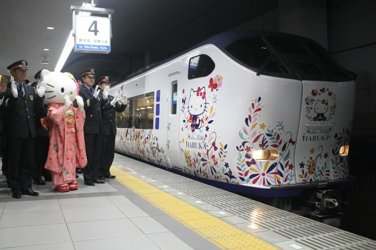 JR西日本「ハローキティはるか」関西空港駅でハローキティが見送り