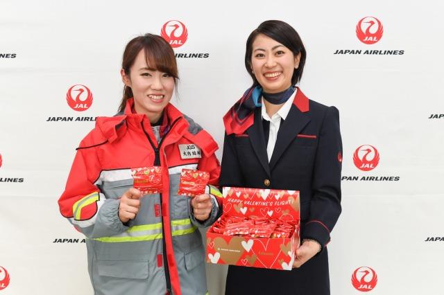 JAL客室乗務員がバレンタインチョコ配布 - 成田で縁結びコーナーも