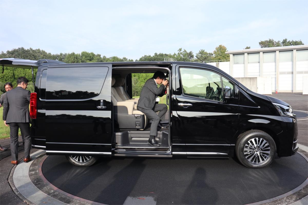 トヨタの新車は8人乗り高級ワゴン! 「グランエース」が挑む新た