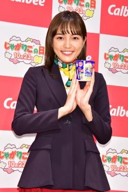 川口春奈、受付嬢の制服姿にノリノリ「スカーフを巻いちゃったり