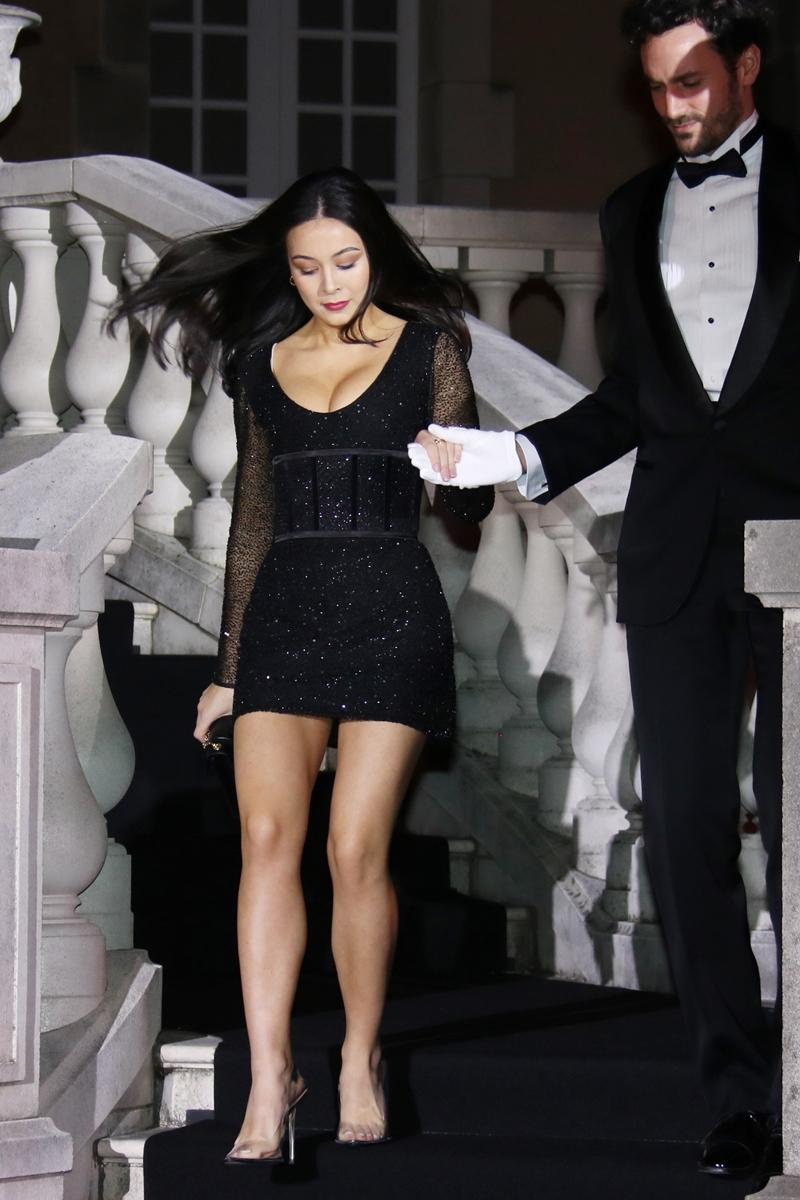 後藤久美子の娘・エレナ、胸元&美脚あらわなセクシードレスで魅了