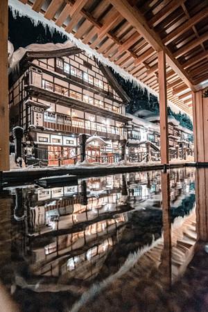 山形・銀山温泉の雪景色を切り取った写真が、まるで絵画と話題に