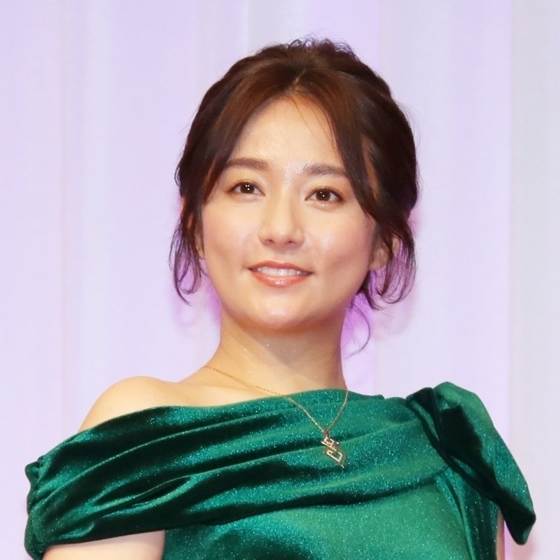 Photo of Fumino Kimura gives off sex appeal in a shoulder-out dress!