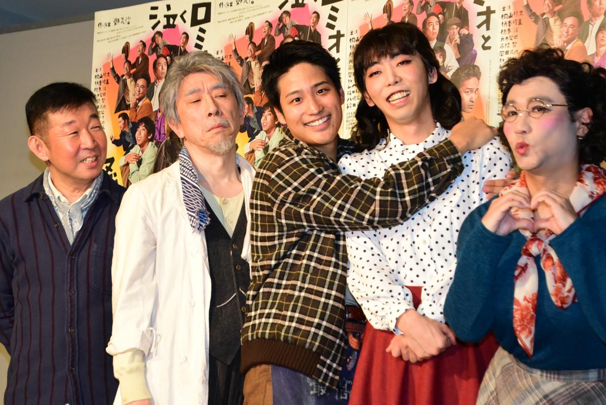 "Photo of Terufumi Kiriyama, Tokio Emoto, the role of the heroine, also show her ""loved"" mote gesture"