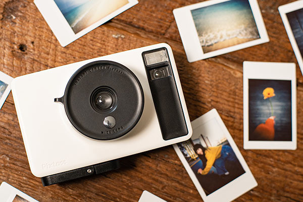 """Photo of Takara Tomy instant camera """" Pixtoss '' that discharges photos by hand"""