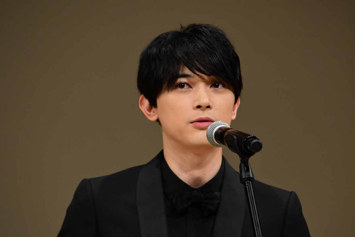"Photo of Ryo Yoshizawa's breakthrough, Hiroshi Tate ""Sesame Suttoba …"" Adjusted microphone stand"