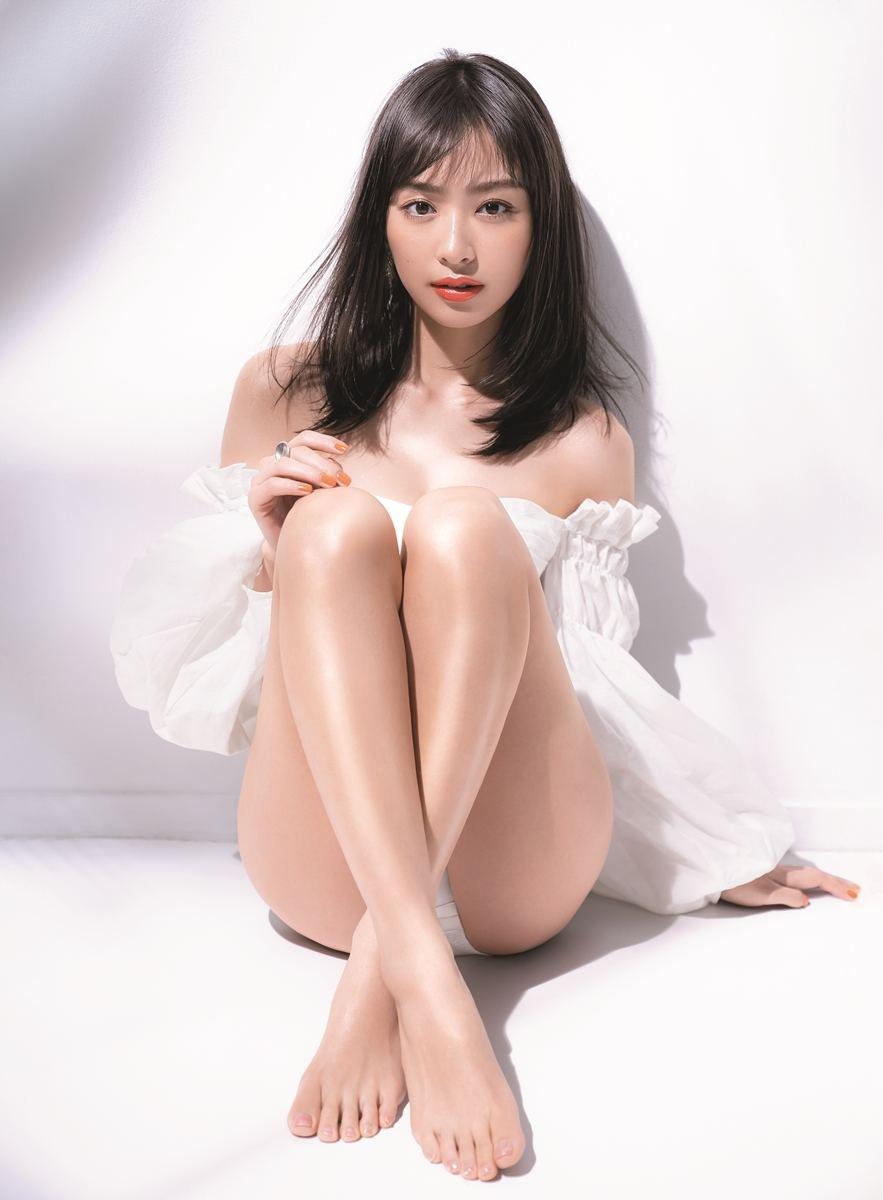 内田理央、艶やかな美脚&デコルテ披露! 1年ぶり『VoCE』表紙   マイナビニュース