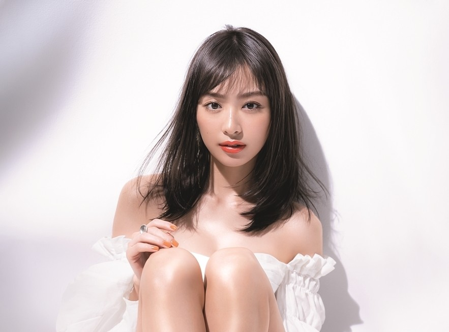 """Photo of Rio Uchida shows off her beautiful legs and décolleté! The cover of """"VoCE"""" for the first time in a year"""