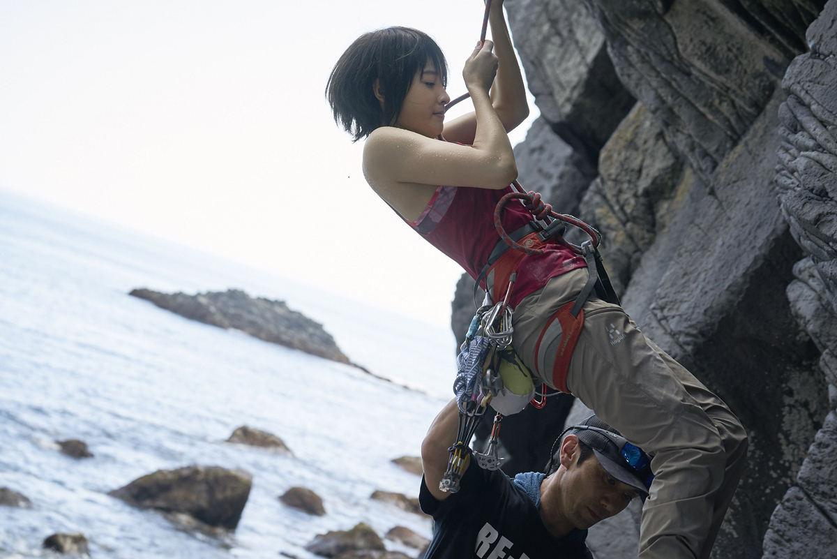 土屋太鳳、崖やマンション登るアクション! タンクトップで体を絞り挑む ...