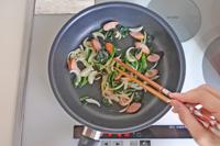 ほうれん草は3㎝間隔に、玉ねぎは薄切りに、ウインナーは斜めに薄く切る。フライパンにオリーブ油を熱して玉ねぎを炒め、しんなりしてきたらほうれん草とウインナーを加えて炒める