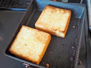 熱湯(分量外)をかけて油抜きをした厚揚げを半分に切り、両面を中弱火でこんがり焼く。