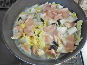 底の深さがあるフライパンに下ごしらえした具材ときくらげ、水、中華スープの素を加えて沸騰させる。煮立ってきたら中弱火にして5分間煮込む