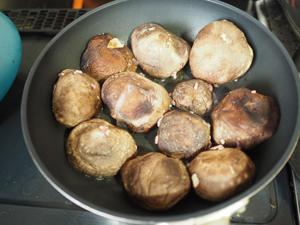 石づきをとったしいたけにひき肉を詰め、サラダ油を熱したフライパンで肉の部分を下にして焼く