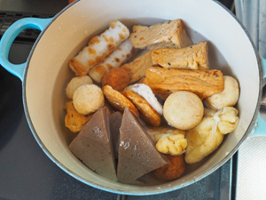 しらたき以外の具材を水と白だしを入れた鍋で約10分煮込む