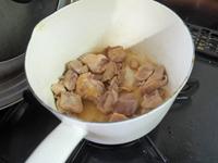 鶏むね肉は食べやすい大きさに切って、ごま油を熱した鍋でこんがりするまで焼く