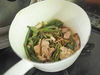 鍋に山菜ミックスを加えてサッと炒める