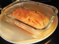 鶏むね肉は食べやすい大きさに切って、耐熱皿に酒と一緒に入れてレンジ(500W)で2分30秒温める