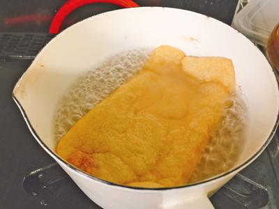 油揚げは熱湯にくぐらせて油を落とす