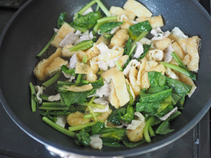 熱したフライパンに湯通しした豚ロース、油揚げ、ざく切りした小松菜とめんつゆ、酒を入れて、汁気がなくなるまで火を通す