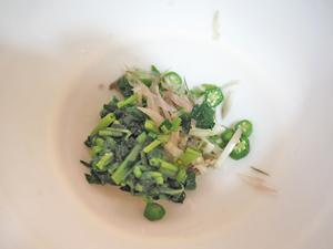 モロヘイヤとオクラ、豚肉、ミョウガを細かく切り、調味料と合わせて豆腐にのせる