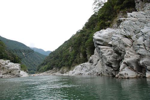"""地元の""""最強""""絶景教えて! (11) ゴロの良さもまた魅力? 大理石の彫刻のような渓谷には遊覧船がよく似合う"""