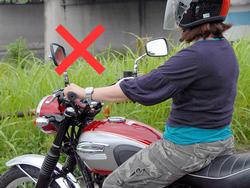 よくあるバイク乗りの装備。夏でも長袖、長ズボン、グラブは必須。半キャップは論外