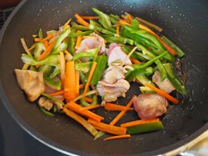 ピーマンとにんじんは細切りに、鶏むね肉は食べやすい大きさに切り、ごま油を熱したフライパンで鶏むね肉に火が通るまで中火で炒める