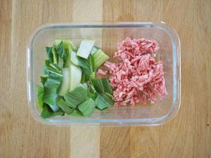 小松菜は1枚ずつはがし、食べやすい大きさにざく切りにする。さらに豚ひき肉や刻みネギなどと一緒にフライパンで火が通るまで炒める