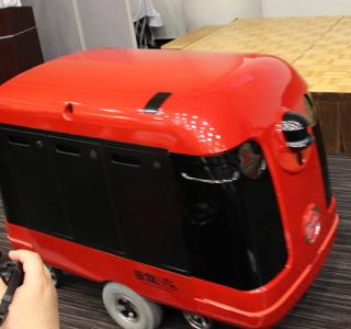歩道を自律走行......だけでなく、エレベーターに乗って玄関まで届ける宅配ロボット